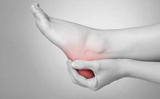 Pozbądź się bólu stóp za pomocą piłeczki tenisowej. Wystarczy kilka minut!