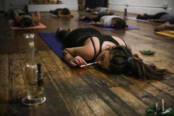 12 dziwnych treningów, które faktycznie istnieją. Kozia joga coraz bardziej popularna w Polsce!
