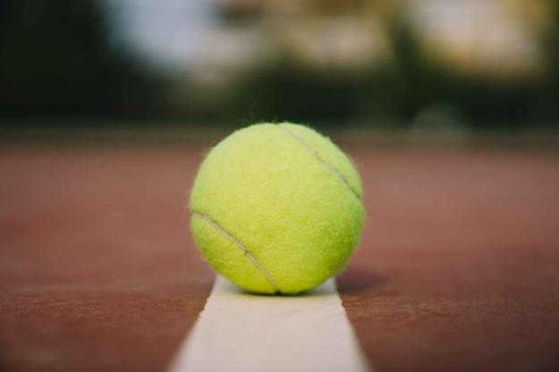 Piłeczka tenisowa jest jednym ze sposobów na chrapanie. Poznaj też inne metody