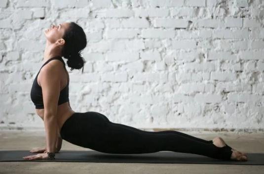 Wykonuj tych 6 rozciągających ruchów po przebudzeniu. Dodadzą energii o poranku