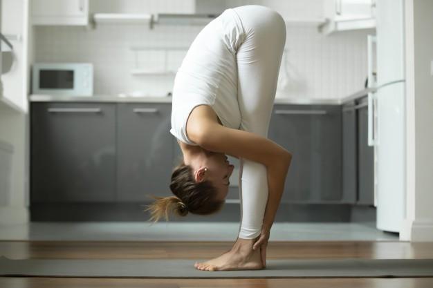 Tych 5 rozciągających ćwiczeń zdiagnozuje prawdziwy wiek Twojego ciała. Sprawdź się!