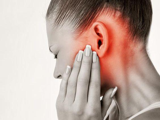 Laryngolodzy odradzają używania patyczków do uszu? Najlepsza metoda jest jeszcze prostsza