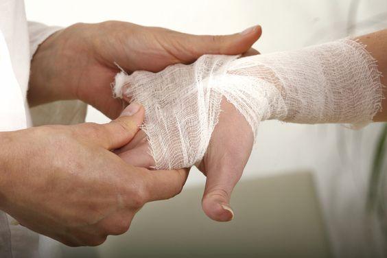 Jak nakleić plaster na palec