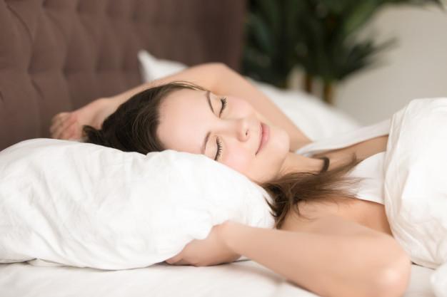 kobiety powinny dłużej spać