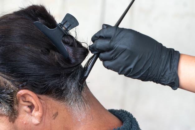 spuchnięte czoło po farbowaniu włosów