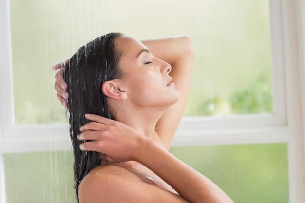 7 tanich i skutecznych sposobów na zapobieganie zmarszczkom na klatce piersiowej