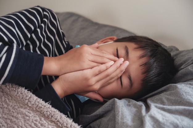 W jakiej pozycji spać gdy meczy kaszel?