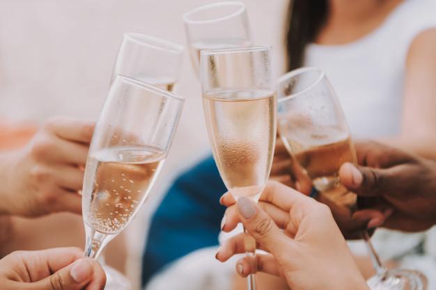 Wypij 3 lampki szampana, by zapobiec demencji i chorobie Alzheimera. Badania