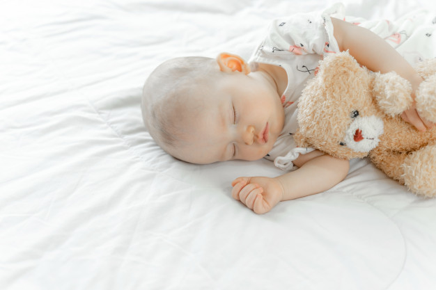 Chcesz, aby Twoje dziecko dobrze spało? Oto 8 błędów, których lepiej się wystrzegać