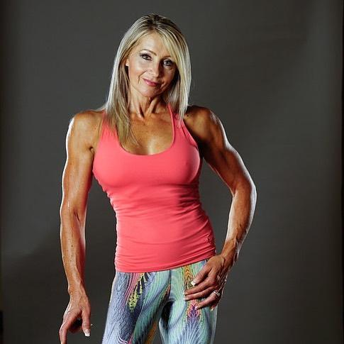 Ma 61 lat, a formą zawstydziłaby niejedną ćwiczącą 30-latkę. Babcia szóstki dzieci zachwyca