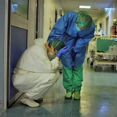 Zwolnił położną, bo napisała, że w szpitalu brakuje maseczek. Dyrektor wydał oświadczenie