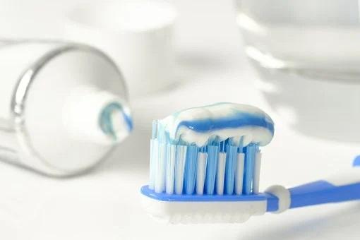 płukanie zębów po szczotkowaniu
