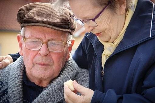 Wiemy, jaka część seniorów przerwała leczenie z powodu COVID-19. Tak źle dawno nie było