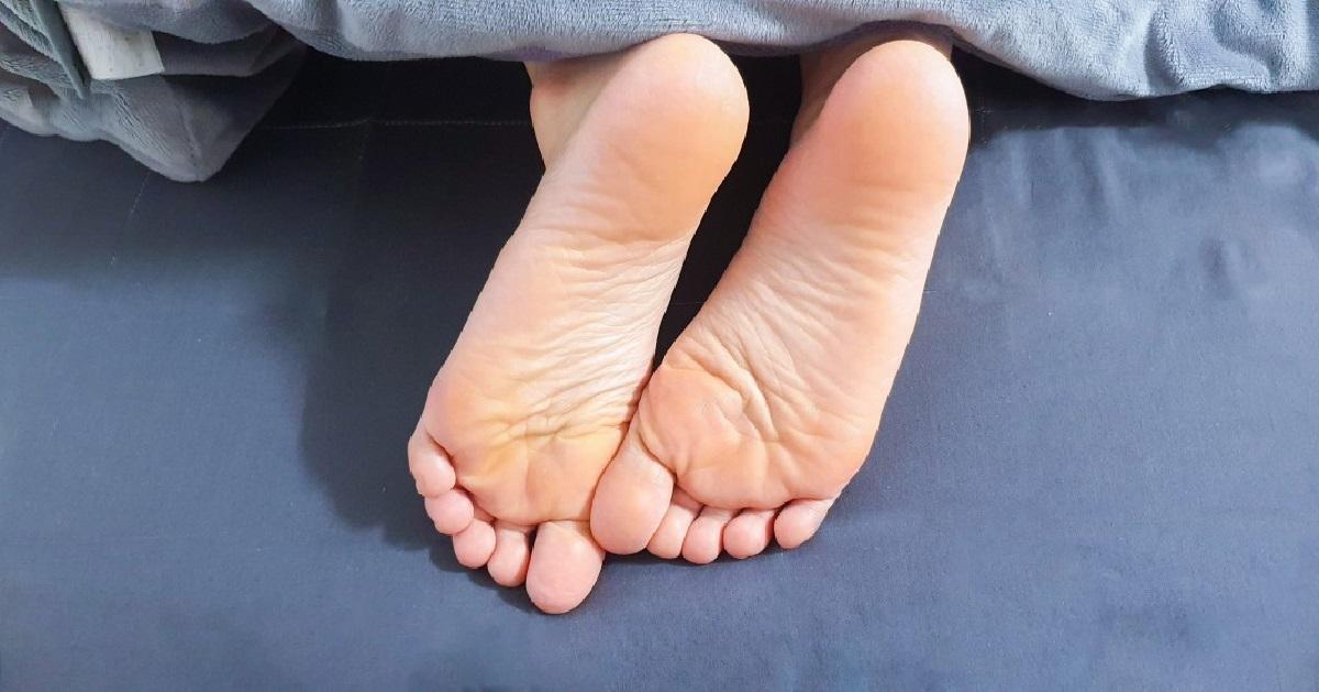 odkrywanie stóp podczas snu