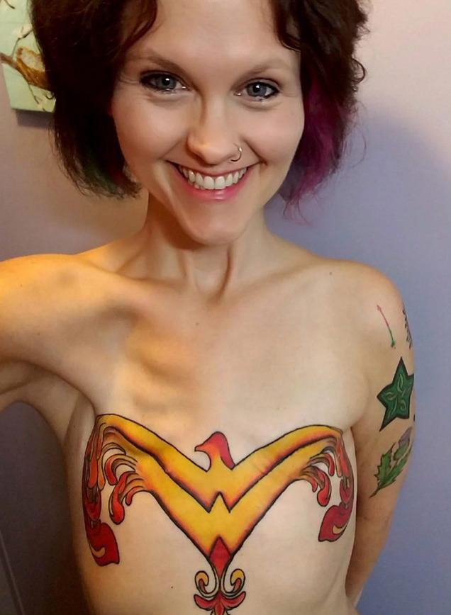 Usunęła obydwie piersi. Na ich miejscu zrobiła tatuaż, który przywrócił jej wiarę w siebie